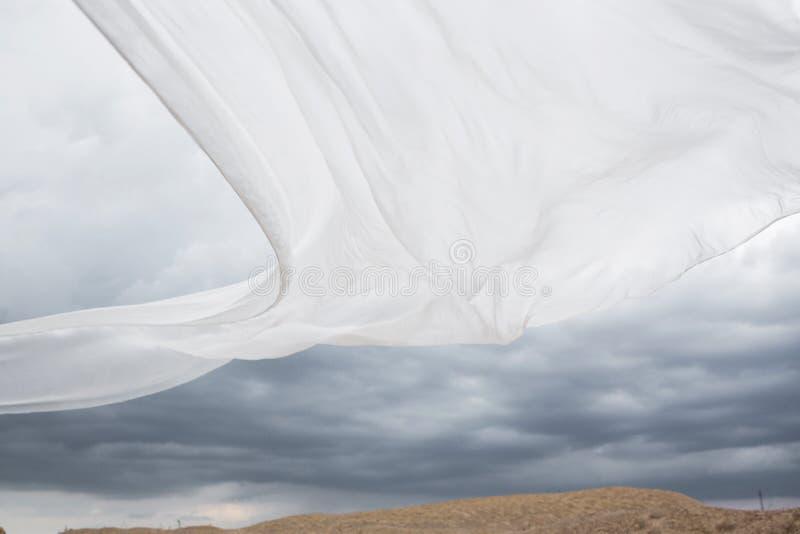 白色丝绸吹在风 免版税库存图片