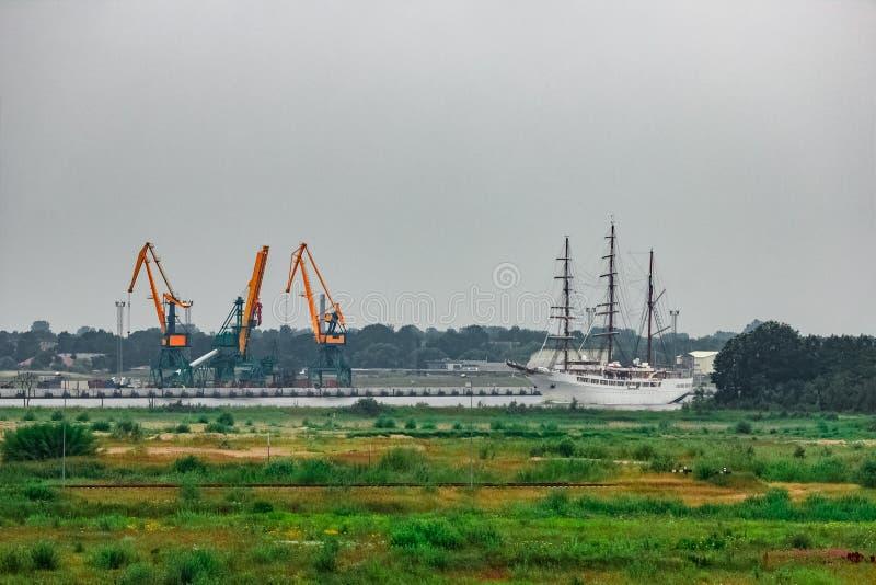 白色乘客帆船 免版税库存照片