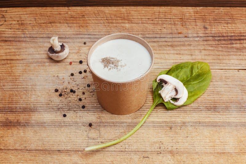 白色乳脂状的汤用蘑菇 库存图片