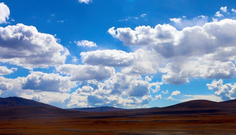 白色云彩和天空蔚蓝|山 免版税库存图片