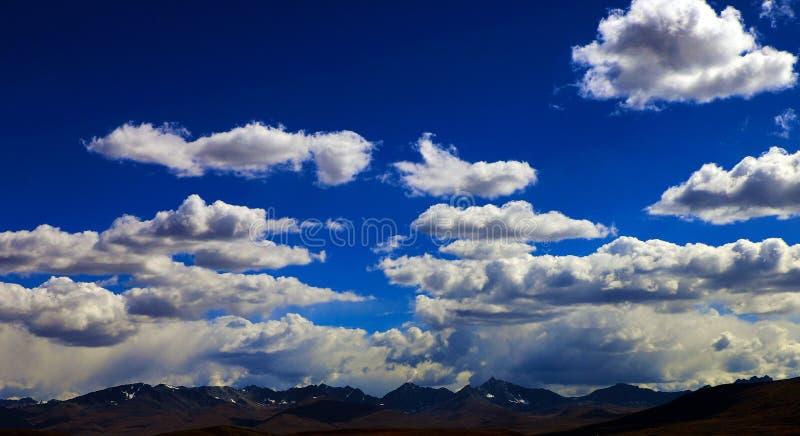 白色云彩和天空蔚蓝|山 免版税图库摄影