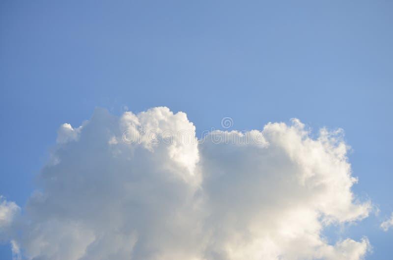 白色云彩喜欢与明亮的蓝天的棉绒 免版税库存照片
