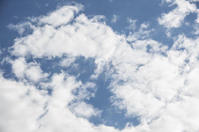 白色云彩在巴黎 库存图片