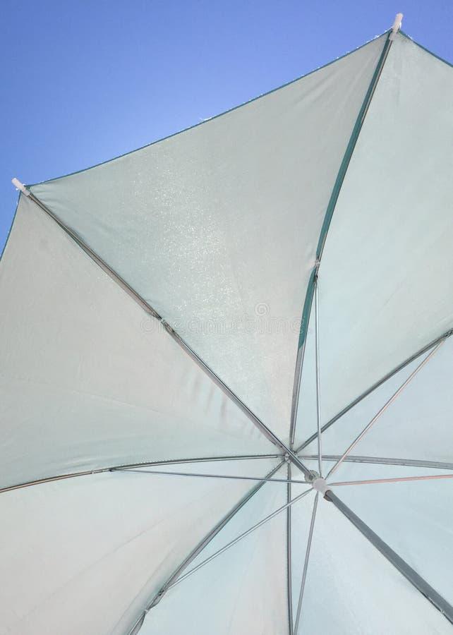 白色伞蓝天 免版税库存图片
