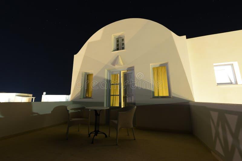 白色传统希腊别墅大阳台在夜下担任主角 免版税库存图片