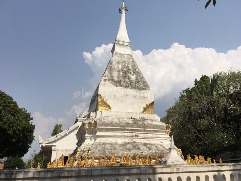白色佛教chedi/stupa在Loei,泰国 免版税库存照片