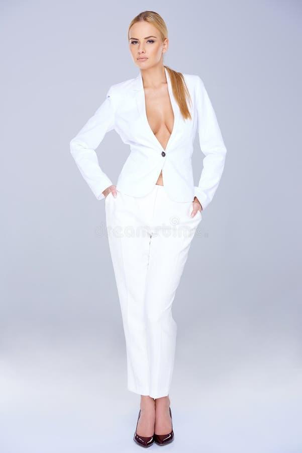 白色便装的时髦的苗条妇女 免版税库存图片