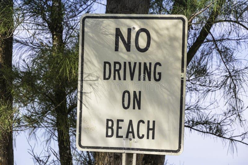 信息标志-没有驾驶在海滩 库存图片