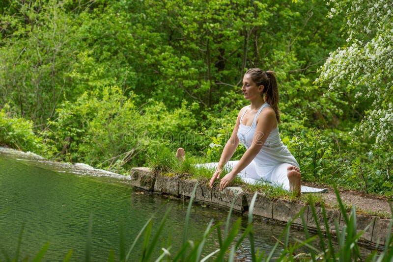 白色做的瑜伽的女孩 库存照片