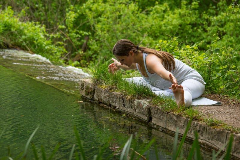 白色做的瑜伽的女孩 图库摄影