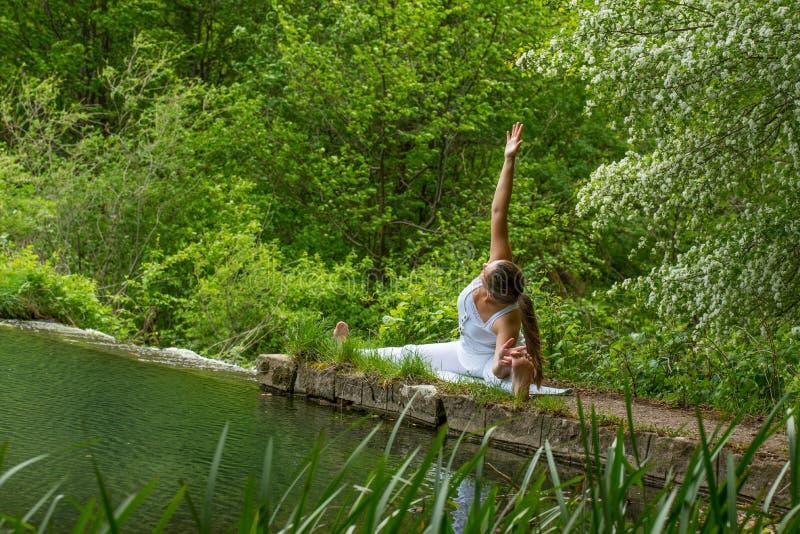 白色做的瑜伽的女孩 免版税图库摄影