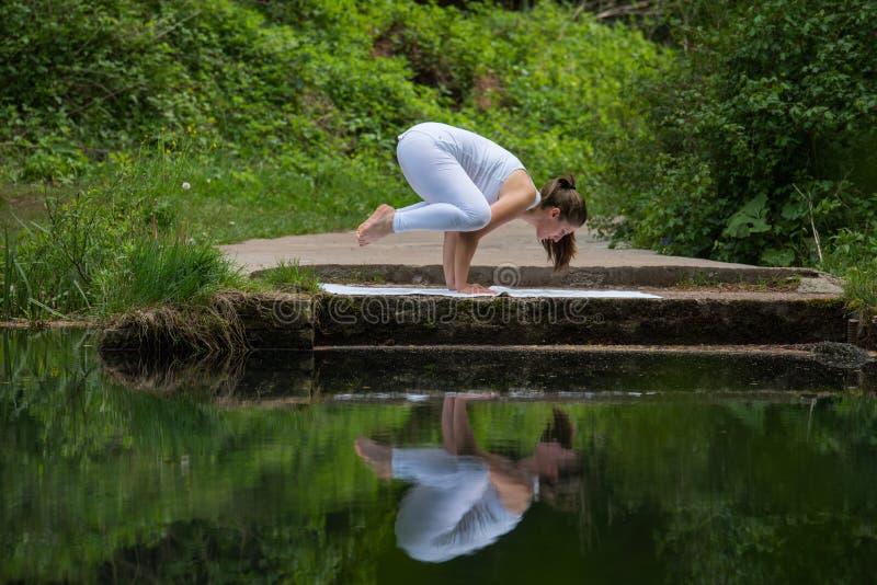 白色做的瑜伽的女孩 免版税库存照片