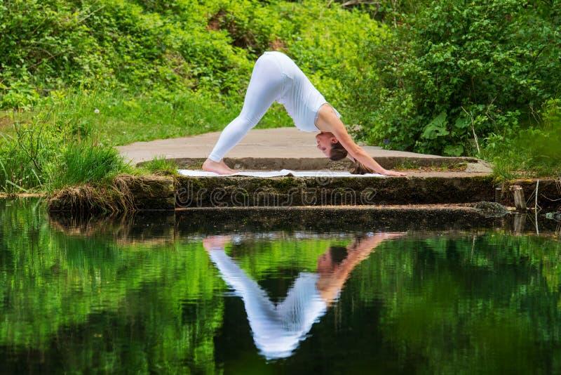 白色做的瑜伽的女孩 免版税库存图片