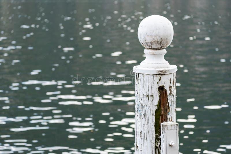 白色停泊的杆上面  免版税图库摄影