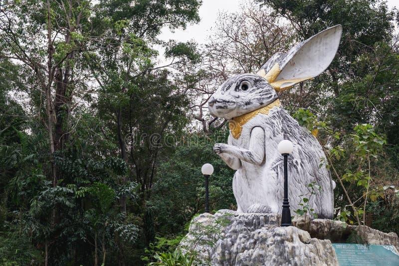 白色兔子的雕象在Wat Samphran,泰国的庭院里 库存图片
