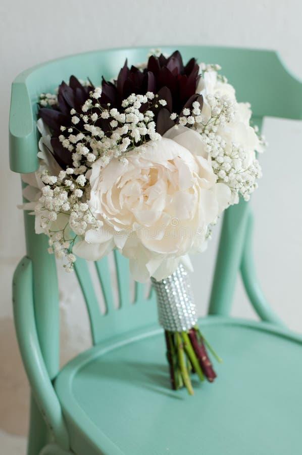 白色八仙花属、牡丹和玫瑰五颜六色的婚姻的花花束  库存图片