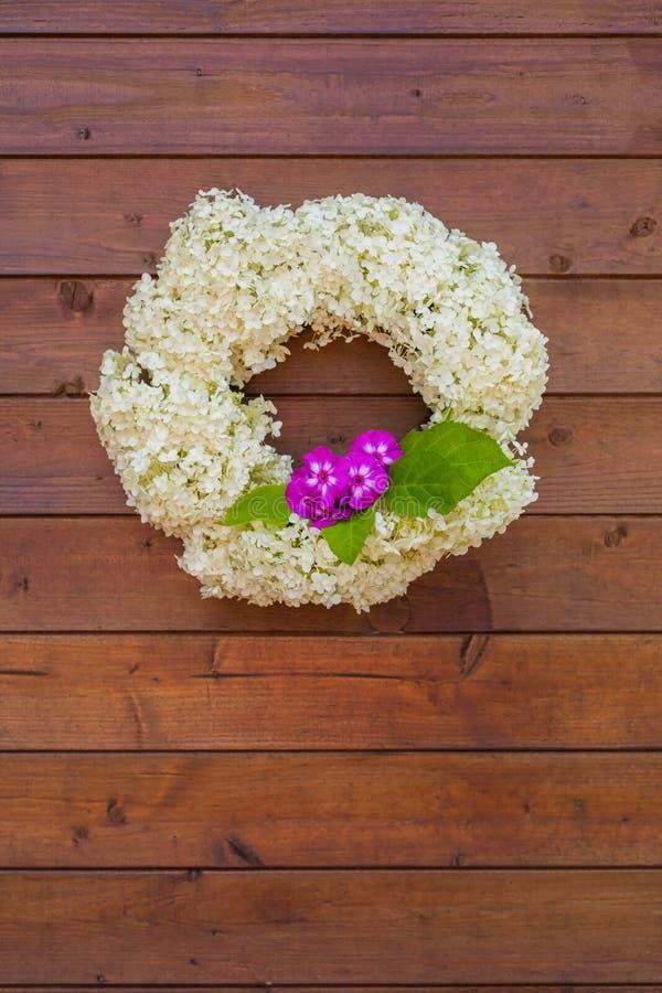 白色八仙花属花圈在木背景的 免版税图库摄影