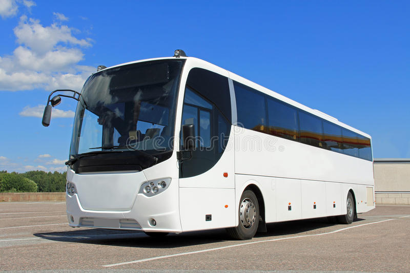 白色公共汽车在夏天 免版税图库摄影