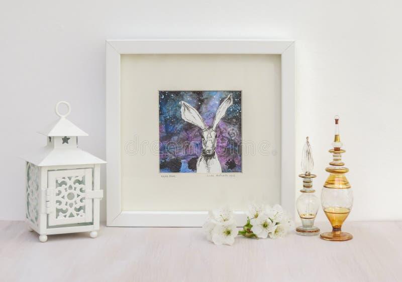 白色内部显示 被构筑的野兔collaged图画,蓝色背景 免版税图库摄影