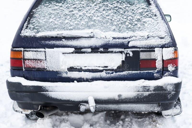 白色冬天季节抵达了欧洲,它整天下了雪 飞雪创造了暴雪毯子 报道的汽车背面图  免版税库存照片
