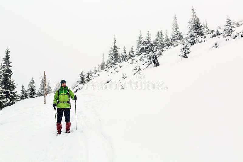 白色冬天森林、人和冒险概念的徒步旅行者 图库摄影