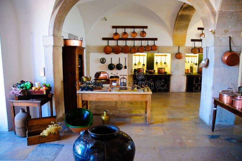 白色减速火箭的厨房、铜罐和平底锅,葡萄酒与烤箱的铁火炉 库存照片