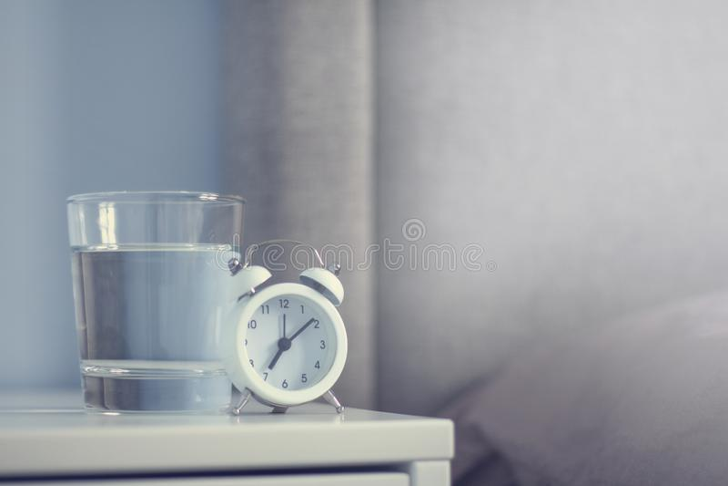 白色减速火箭的闹钟在卧室 图库摄影