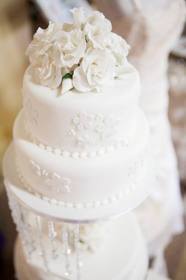白色分层了堆积与玫瑰的婚宴喜饼在上面 库存照片