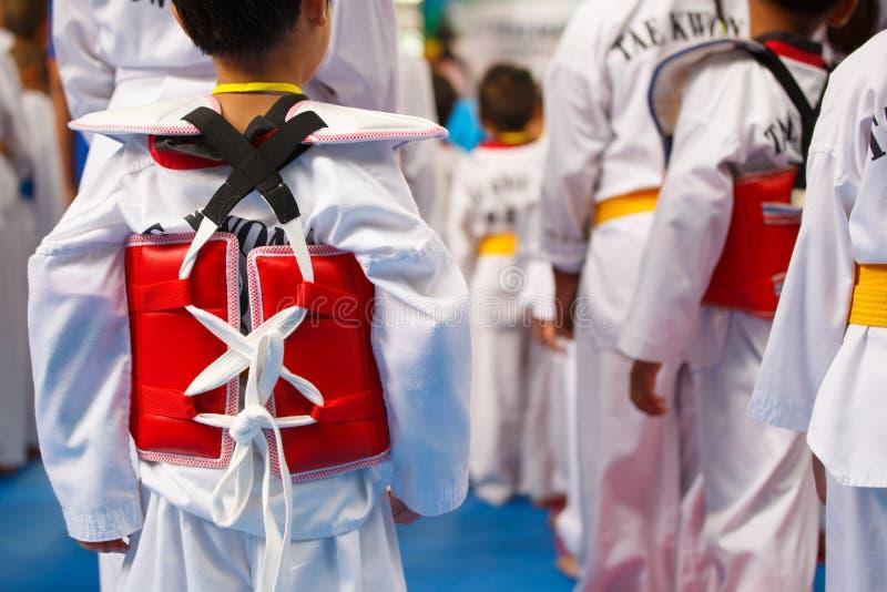 白色制服的跆拳道运动员有装甲的 库存照片