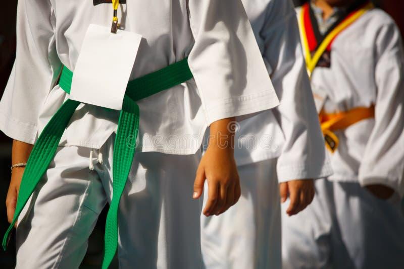 白色制服的跆拳道运动员 免版税库存照片