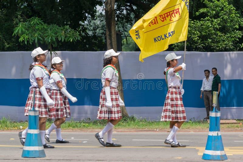 白色前进过去在路的加工好的女孩 免版税库存图片