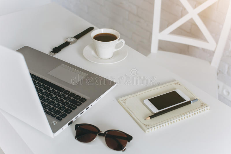 白色办公室桌面 免版税库存照片
