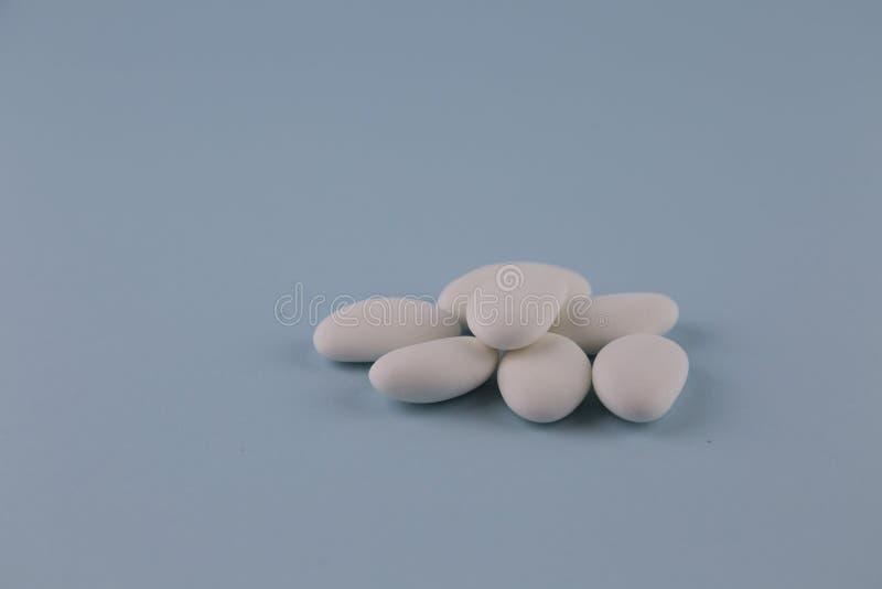 白色加糖的杏仁 免版税库存照片
