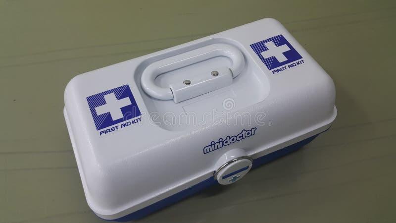 白色医疗箱子或急救工具与正或发怒标志 免版税图库摄影