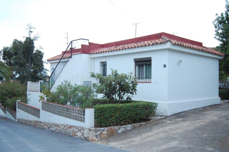 白色单身家庭的房子 免版税库存图片