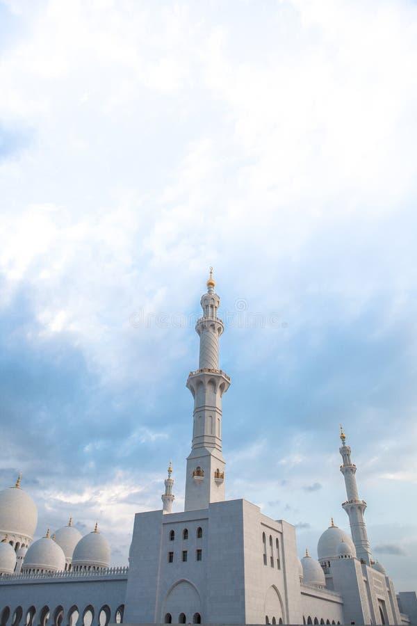 白色历史遗产伊斯兰教的清真寺在阿布扎比 图库摄影
