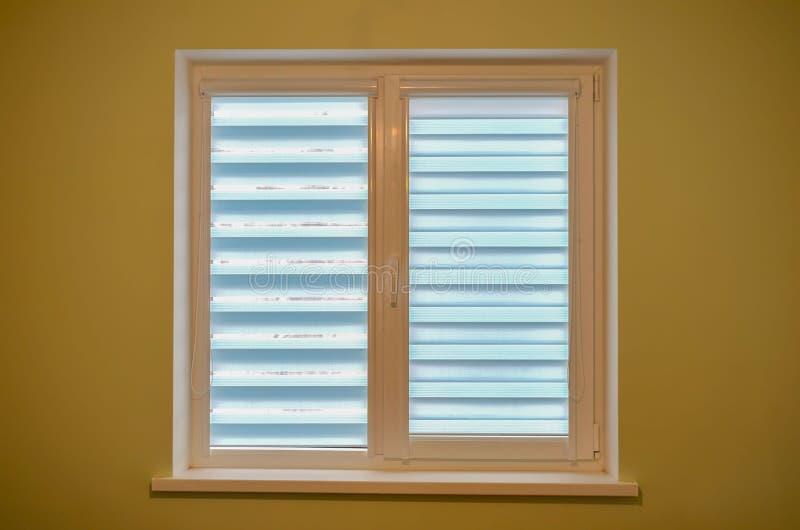 白色双重或三倍塑料窗口被隔绝的在家室 免版税库存图片