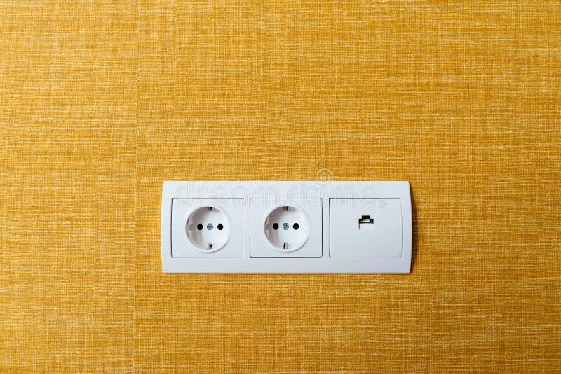 白色双重插口和以太网插座在墙壁上 免版税库存图片