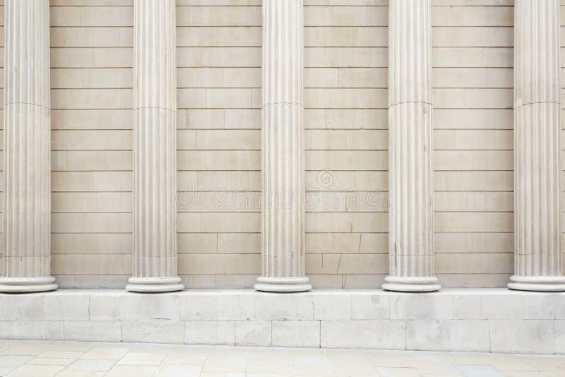 白色古典专栏和墙壁背景 免版税库存图片