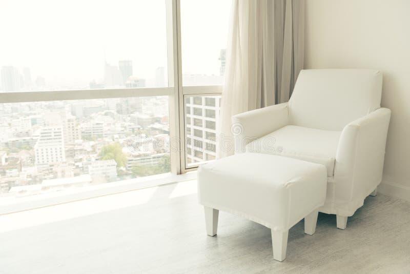 白色可躺式椅椅子 免版税库存照片