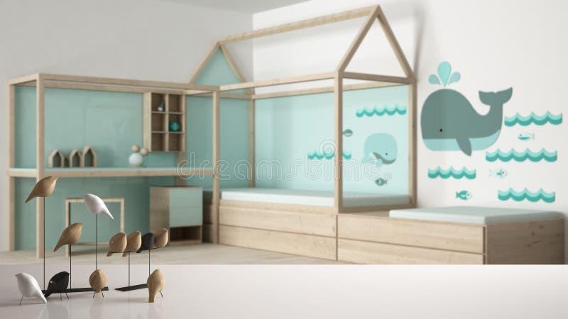 白色台式或架子与minimalistic鸟装饰品,小鸟knick -诀窍在被弄脏的当代儿童卧室,现代int 免版税图库摄影