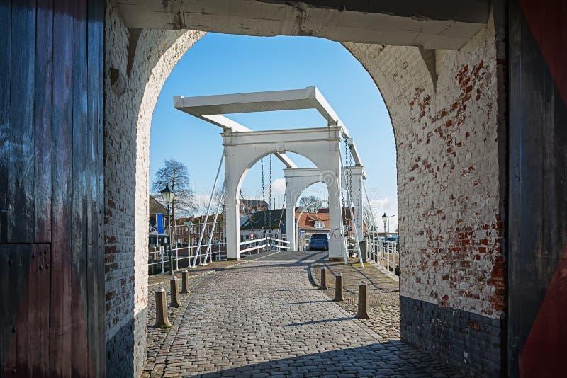 白色吊桥在历史名城济里克泽 库存照片