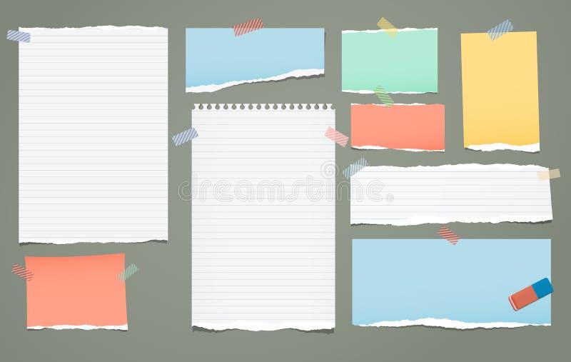 白色和五颜六色的被排行的被撕毁的笔记,文本的笔记本纸片断黏附了与稠粘的磁带在绿色背景 向量 皇族释放例证