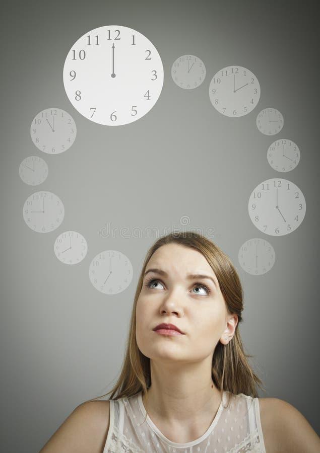 白色和时钟的女孩 免版税库存图片
