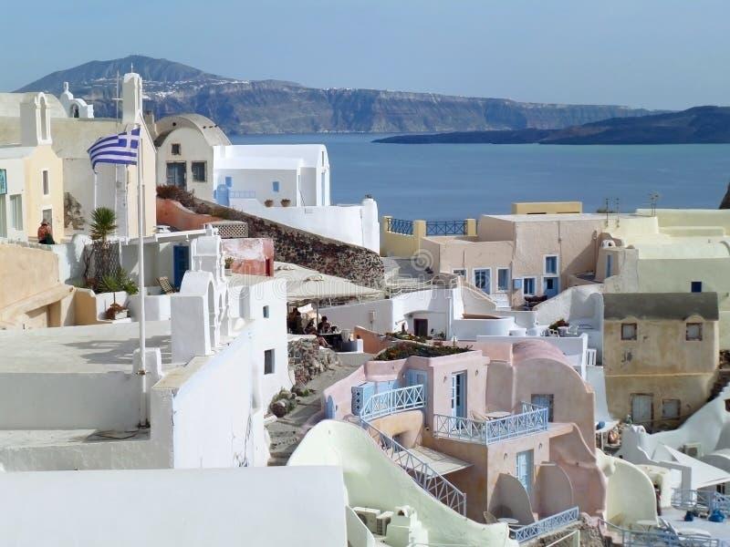 白色和柔和的淡色彩上色了在圣托里尼海岛上的独特的建筑学 免版税库存图片