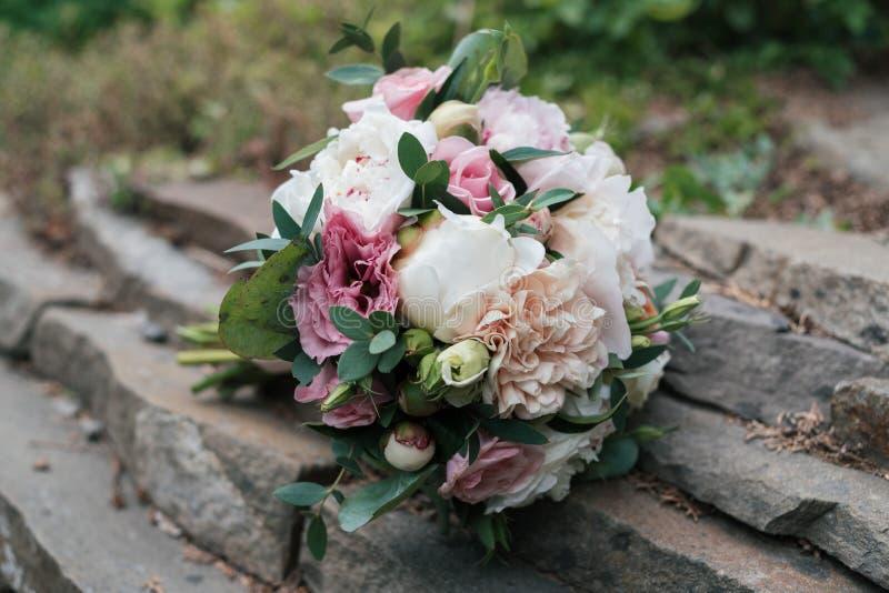 白色和桃红色牡丹和玫瑰美丽的婚姻的花束  库存照片