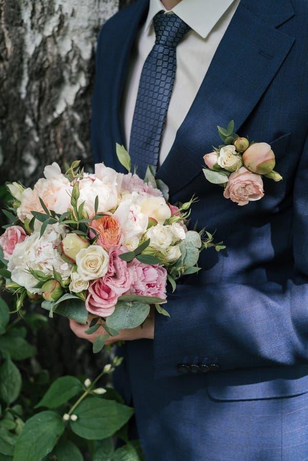 白色和桃红色牡丹和玫瑰美丽的豪华的婚姻的花束  库存图片