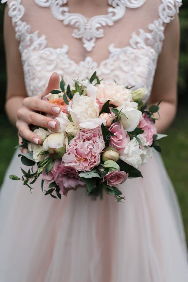 白色和桃红色牡丹,玫瑰豪华的婚姻的花束  免版税库存图片