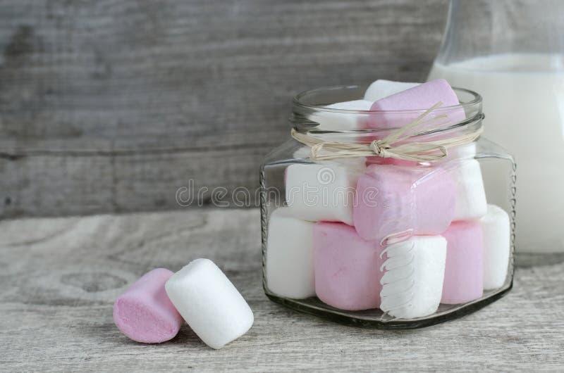 白色和桃红色蛋白软糖 库存图片