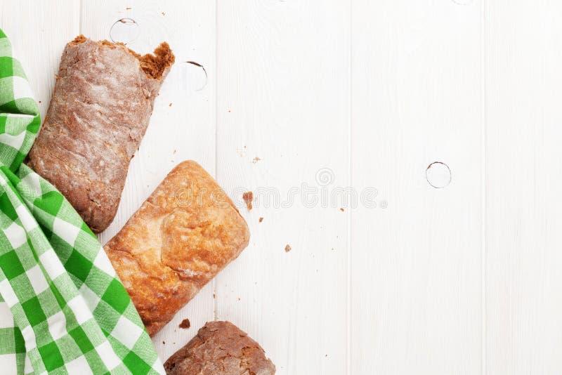 白色和棕色ciabatta 免版税库存图片